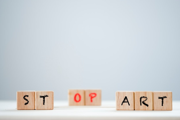 Avvia e ferma la parola chiave sul cubo di legno