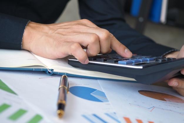 Avvia l'attività studiando e calcolando i dati storici sugli investimenti.