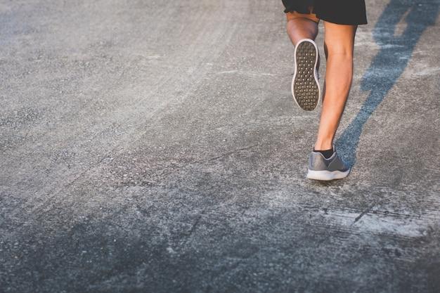 Avvicinamento. gamba. l'uomo con il corridore per strada sta correndo per l'esercizio.