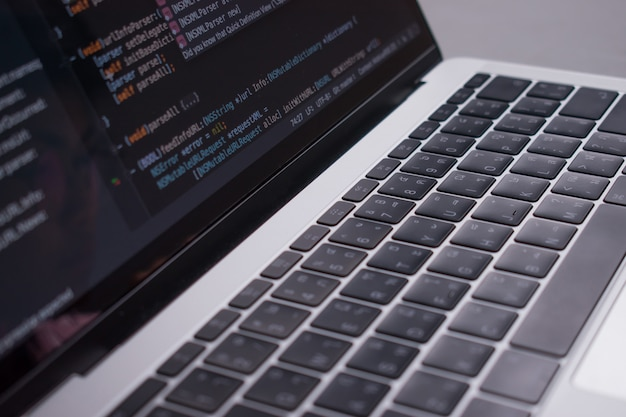 Avvicinamento. l'immagine mostra che gli sviluppatori di codice hanno creato un monitor per computer su un tavolo bianco.