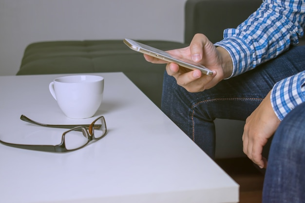 Avvicinamento. le persone effettuano ricerche online con un telefono.