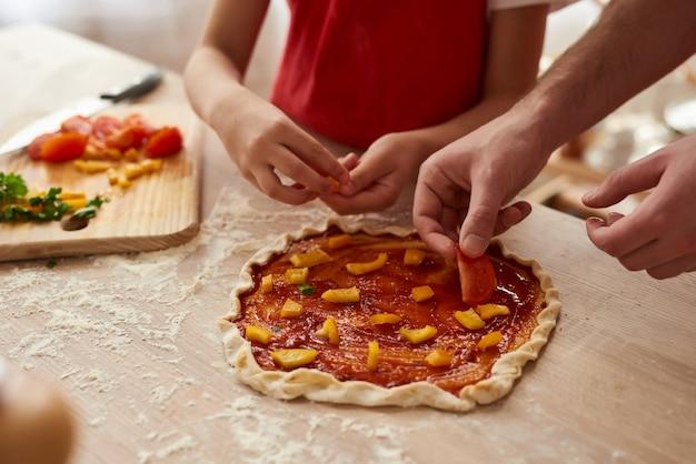 Avvicinamento. pizza preparando con fette di verdure.