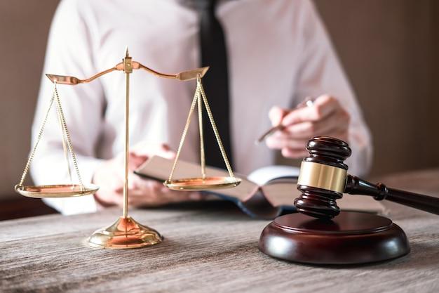 Avvocati maschii che lavorano avendo allo studio legale in ufficio. concetti di consulenza legale e giustizia