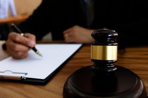 Avvocato che colpisce con martello in tribunale. concetto di giustizia e diritto.