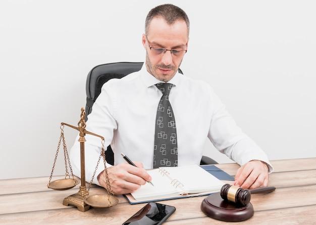 Avvocato che scrive appuntamenti