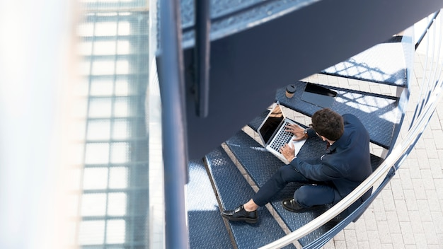 Avvocato di alto angolo che lavora alle scale