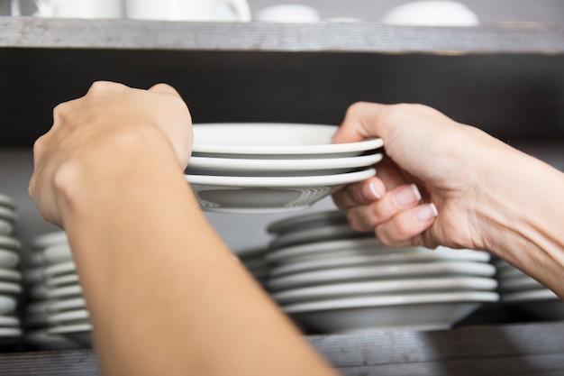 Avvocato femminile che prepara i piattini sullo scaffale
