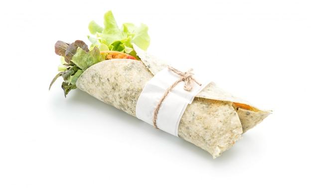 Avvolgere il rotolo di insalata con pollo e spinaci