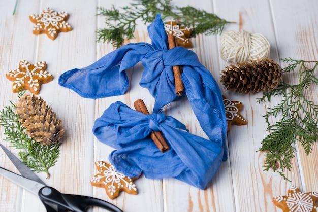 Avvolgimento di furoshiki di natale. regalo natalizio etnico. concetto di rifiuti zero