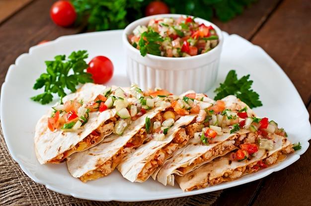 Avvolgimento di quesadilla messicana con pollo, mais, peperoni e salsa