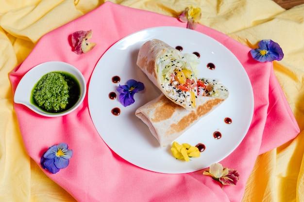 Avvolgimento vegano iceberg, cetrioli sottaceto, sedano, pomodori, carota,