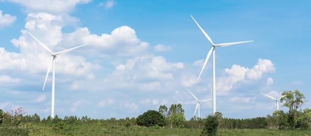 Azienda agricola delle turbine di vento con cielo blu e nuvole. fonte di energia alternativa.