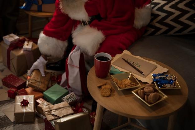 Babbo natale che prepara la sua borsa di regali