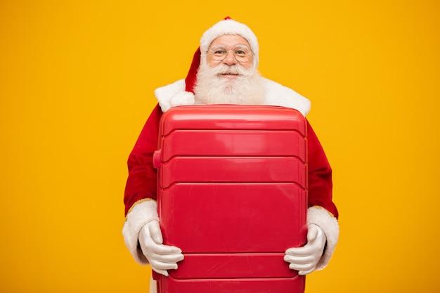Babbo natale con la sua valigia. concetto di viaggio di capodanno