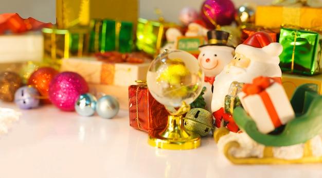 Babbo natale e pupazzo di neve cercano i bambini per consegnare regali, scatola regalo di natale e bagattelle
