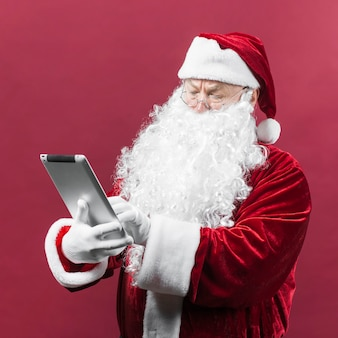 Babbo natale in bicchieri con tablet