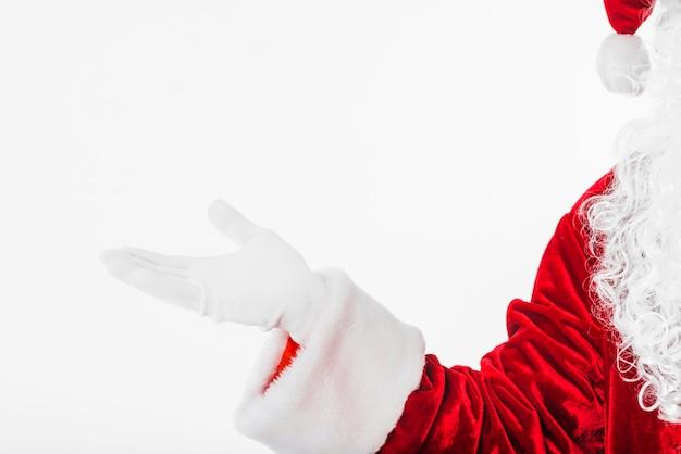 Babbo natale in rosso mostrando qualcosa con la mano