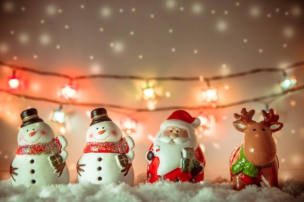 Babbo natale, renne e pupazzo di neve buon natale e felice anno nuovo