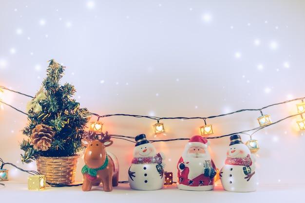 Babbo natale, renne, pupazzo di neve e oggetti di ornamento decorano la notte silenziosa.