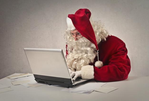 Babbo natale scrivendo una e-mail