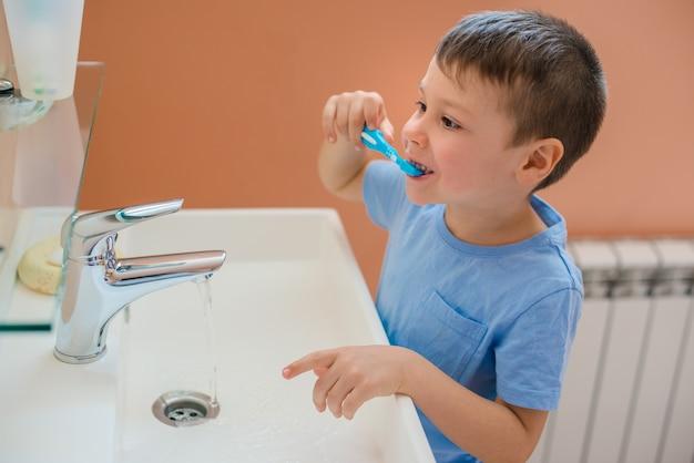 Baby allunga la bocca e mostra i denti