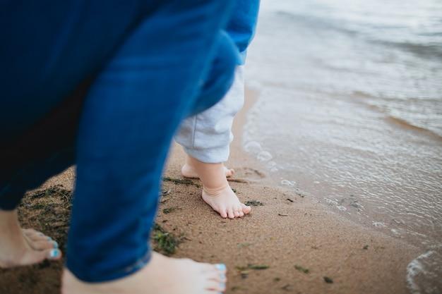 Baby passi sulla spiaggia