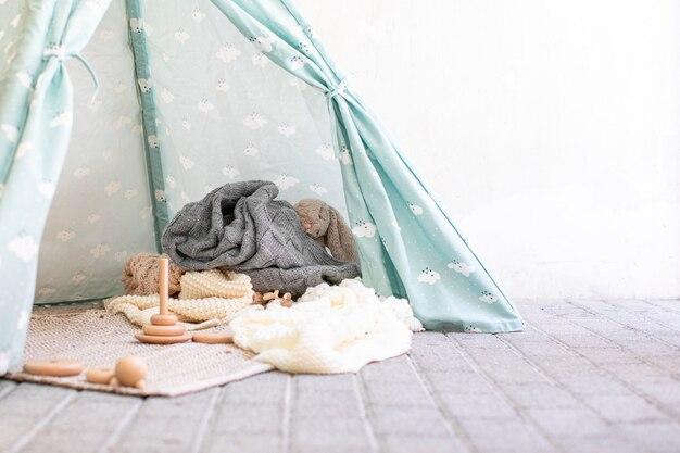 Baby room con tipi e giocattoli