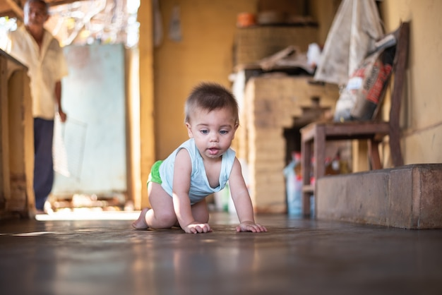 Baby sitter sul pavimento
