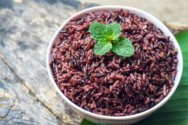 Bacca di riso viola cotta in una ciotola