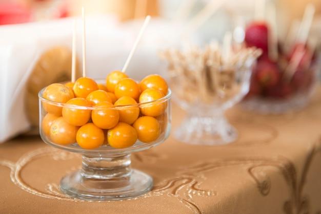 Bacca dorata fresca in un bicchiere su una tovaglia marrone