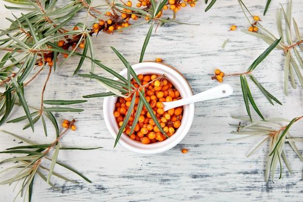 Bacca naturale e organica dell'olivello spinoso in ciotola