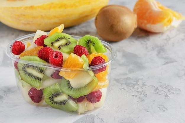Bacche affettate fresche di frutta tropicale in contenitore