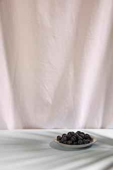 Bacche blu fresche sul piatto