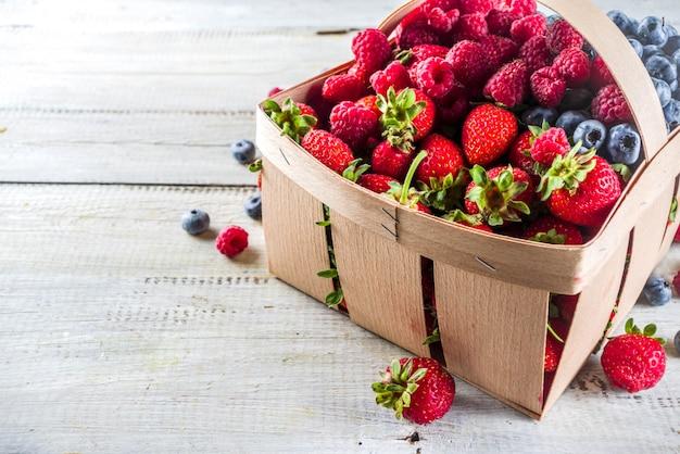 Bacche dell'azienda agricola organiche di estate in un canestro