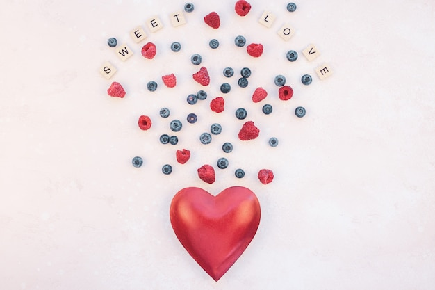 Bacche della composizione di san valentino e cuore rosso