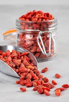 Bacche di goji ricca fonte di vitamine. concetto di cibo sano. dieta vegana, vegetariana ed equilibrata