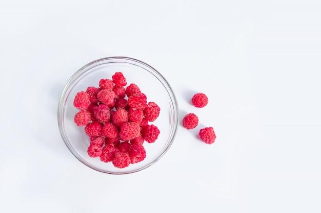 Bacche di lampone rosso isolate su sfondo bianco