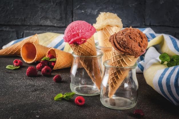 Bacche e dessert dolci estivi, vari gusti di gelato in coni rosa