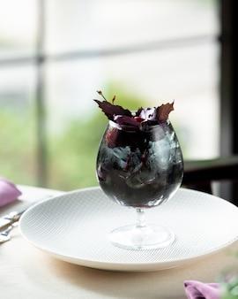 Bacche fredde con basilico sul tavolo