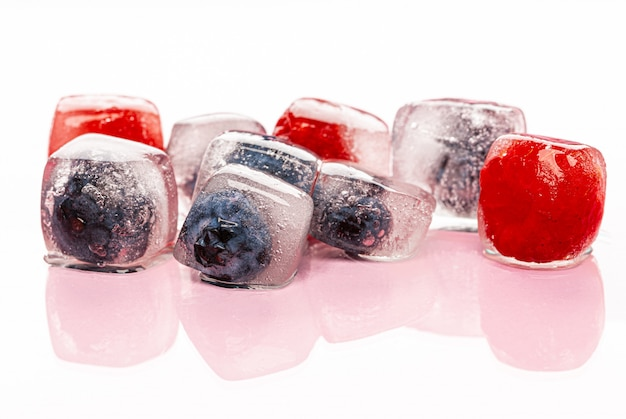 Bacche fresche congelate in cubetti di ghiaccio per bevande
