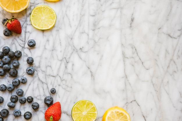 Bacche fresche e fette di frutta