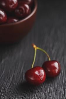 Bacche mature e succose della ciliegia sulla t nera