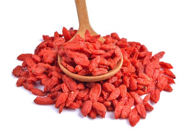 Bacche rosse asciutte di goji nel cucchiaio isolato