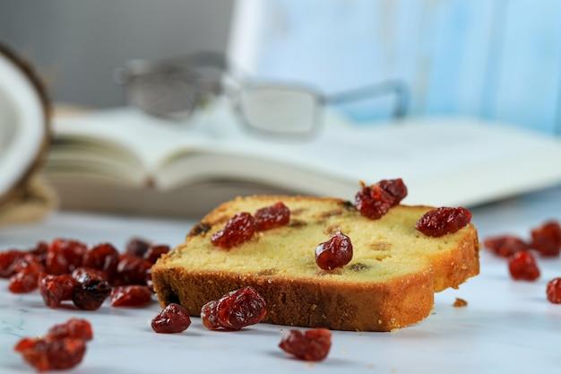 Bacche rosse secche e una fetta di pane tostato