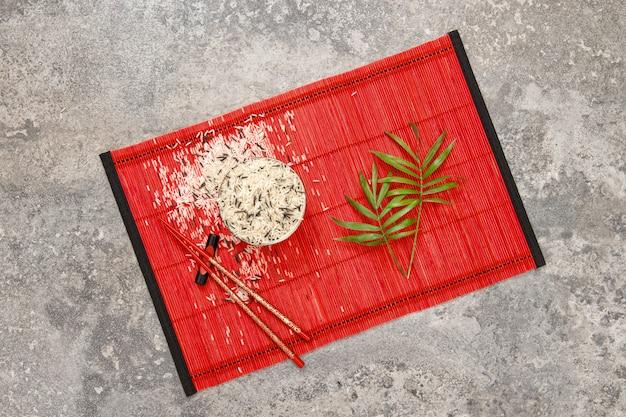 Bacchette di riso foglie di palma verde laici piatti della cucina asiatica