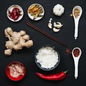 Bacchette e ingredienti per cibo asiatico