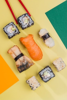 Bacchette e involtini di sushi