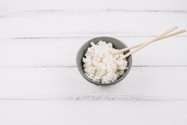 Bacchette in ciotola con riso