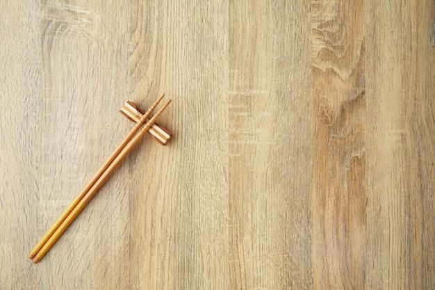 Bacchette in stile giapponese sul tavolo
