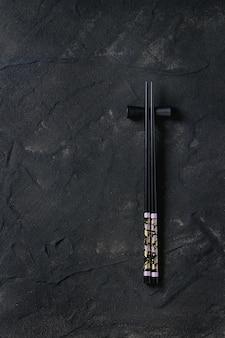Bacchette nere su superficie strutturata